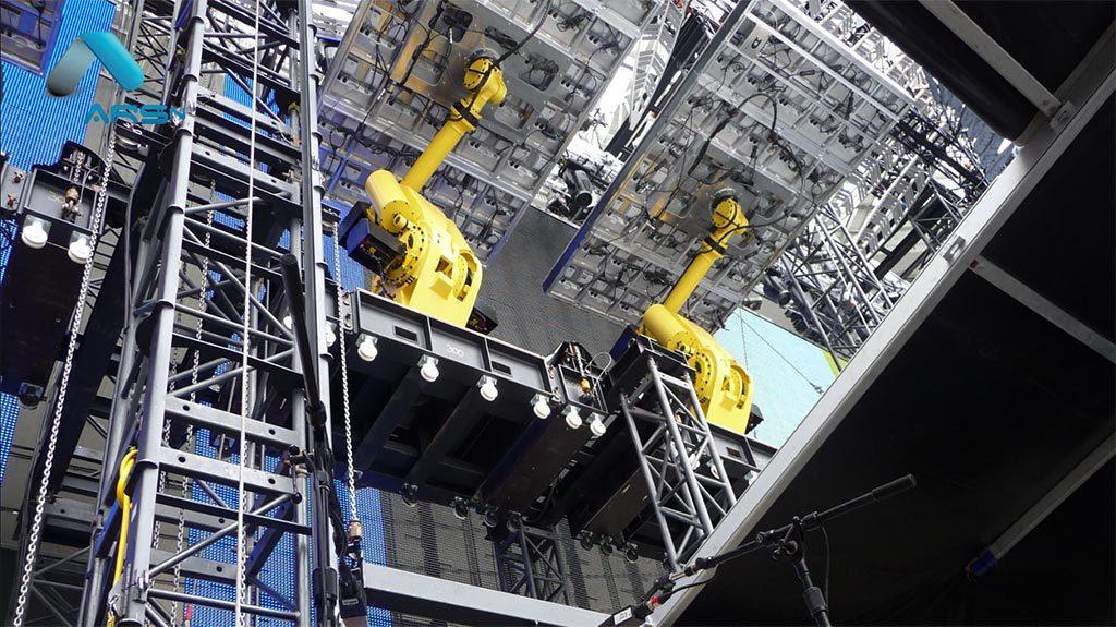 Robots manipulateurs d'écrans géants